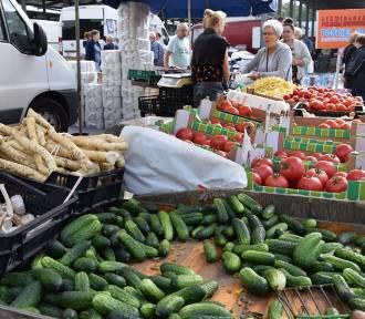 Ostatni rynek wakacji w Zduńskiej Woli. Jakie ceny na targowisku?