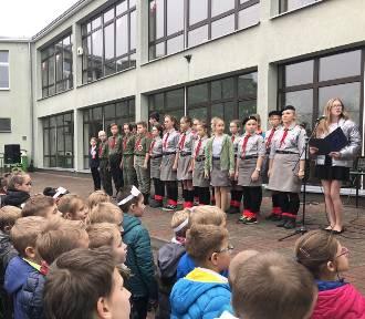 """Uczniowie """"szóstki"""" zaśpiewali hymn narodowy [ZDJĘCIA]"""