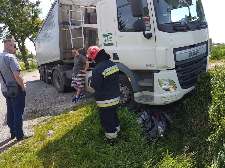 Wypadek ciężarówki i skutera w Szembruku [zdjęcia]
