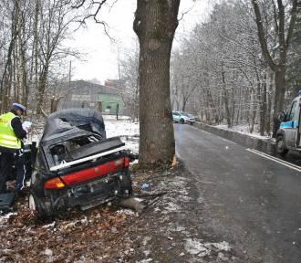 18-latek jadąc mazdą uderzył w drzewo