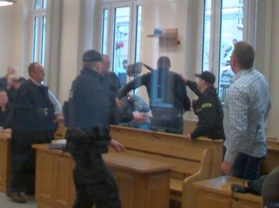 Kibice pobili się na sali sądowej przed tygodniem.