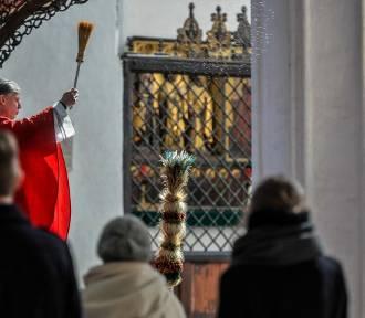 Episkopat zachęca do odwiedzania kościołów. Eksperci chcą zamknięcia świątyń