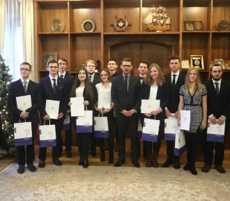 Najlepsi absolwenci nagrodzeni. Otrzymali stypendia od prezydenta [ZDJĘCIA]
