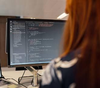 Ile zarabiają kobiety w IT? Zobacz, czy się przebranżowić