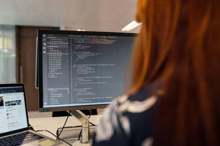 Branża IT kojarzy się z pięciocyfrowymi wypłatami, ale badanie zrealizowane w 2020 r