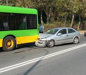 Niebezpieczny przystanek w Poznaniu. Auto wjechało w tył autobusu