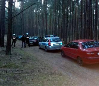 PILNE: Grzybiarze znaleźli w lesie auto. W środku były zwłoki...