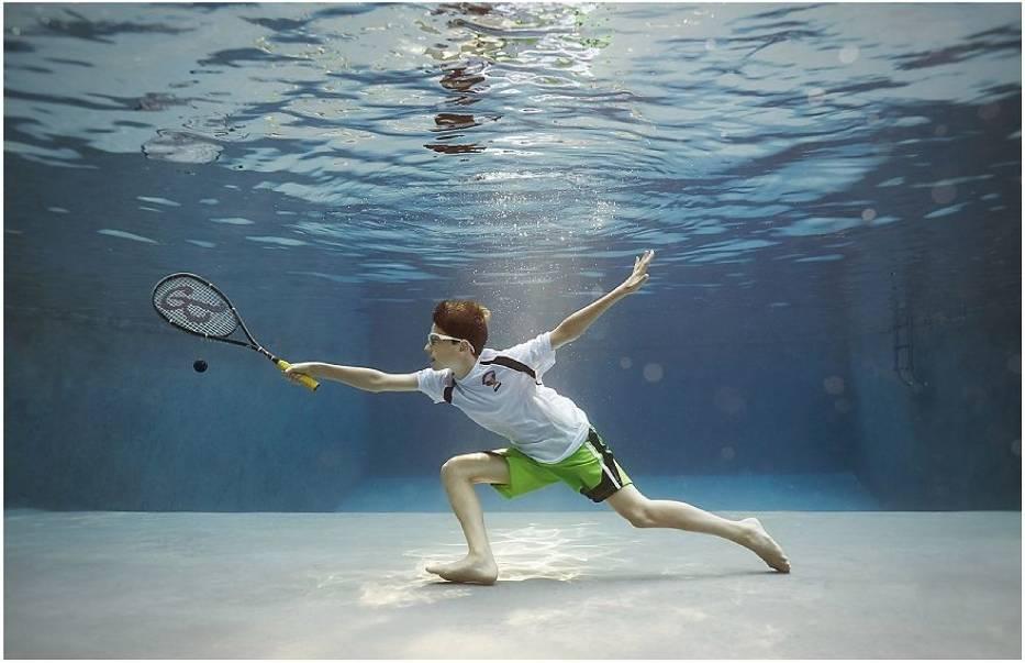 Fotografuje dzieci uprawiające pod wodą ulubiony sport. To magia!