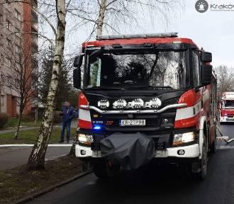 Pożar w Krakowie. Zapaliły się drzwi wejściowe do mieszkania