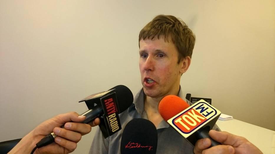 Piotr Goszczycki udziela wywiadu dziennikarzom radiowym