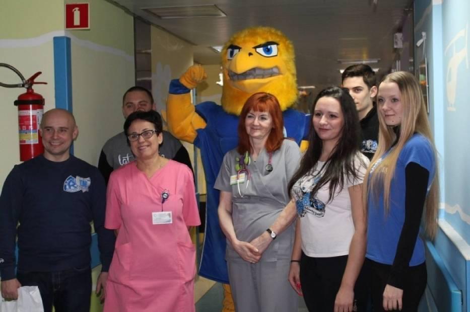 Kibice Ruchu Chorzów w towarzystwie klubowej maskotki Adlera odwiedzili Górnośląskie Centrum Zdrowia Dziecka im