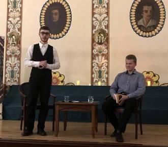 Ostrowski licealista Krystian Pawłowski wydał debiutancki tomik poezji