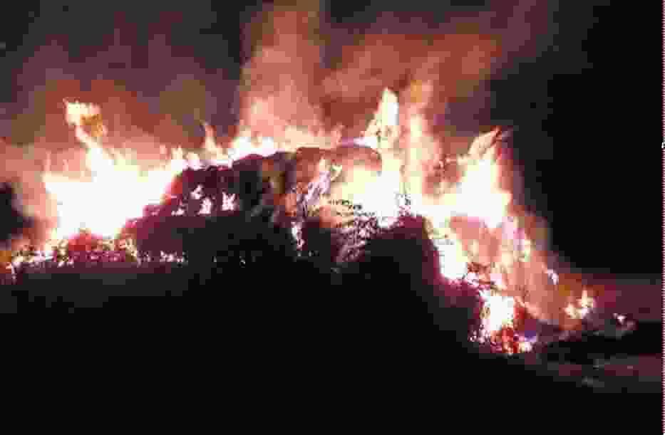 Mimo wysiłków strażaków, stogi spłonęły doszczętnie