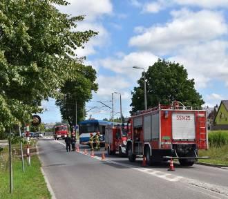 Wejherowo: autobus wylądował w rowie przy przejeździe kolejowym. Jedna osoba poszkodowana [ZDJĘCIA]