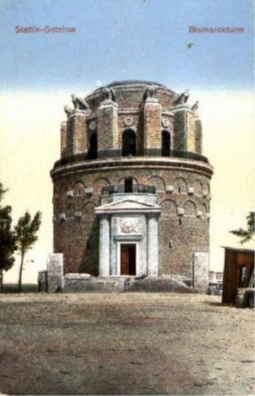 - Pod samą wieżą znajdowała w 1897 roku restauracja Weinberg, przy ul