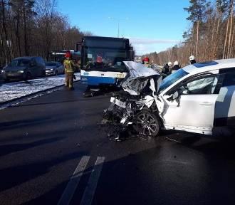 Autobus zderzył się czołowo z samochodem osobowym w Gdyni. Dwie osoby są ranne