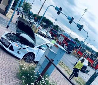 Wypadek w centrum Dąbrowy Górniczej. Zderzenie samochodów na światłach, ranna kobieta trafia