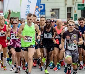 Ech, ta pandemia. Dzisiaj półmaratonu nie było. Zobaczcie jak biegano przed rokiem!.