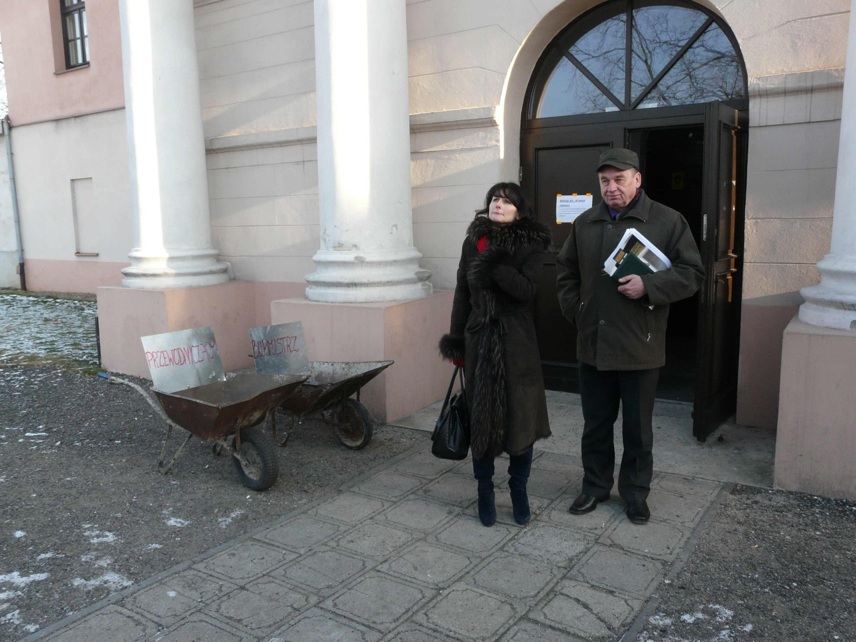 Po wyjściu z pałacu na władze miasta czekały taczki
