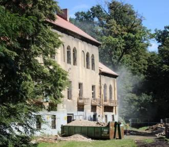 Remontują zabytkowy pałac. Sprawdź, co dzieje się na placu budowy