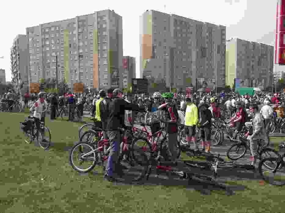Zbiórka rowerzystów przy sklepie Kaufland w Suwałkach na osiedlu Północ