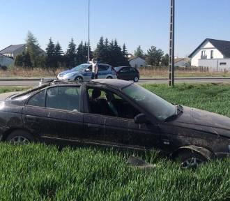 Dachowanie na ul. Wygonowej w Opolu. Honda wylądowała w polu