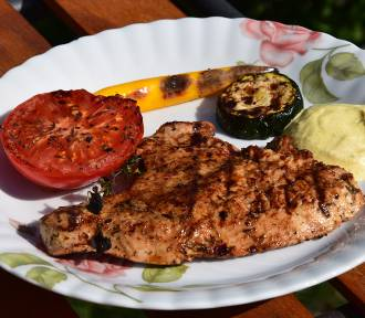 Grillowany filet z indyka z warzywami. Najlepszy przepis na danie z grilla (PRZEPIS, WIDEO, ZDJĘCIA)