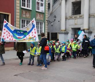 V Marsz Małych Ekologów w Gdańsku. Przedszkolaki rozdawały roślinki [zdjęcia]