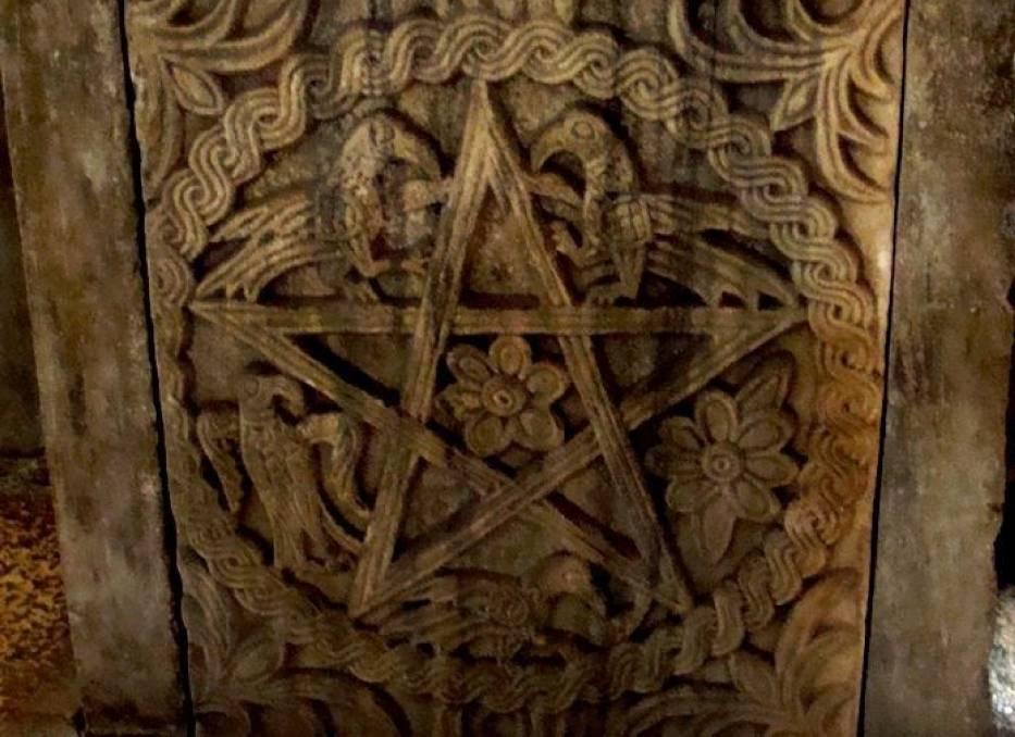 Pentagram na chrzcielnicy w świątyni Jowiasza - Split 2010 Chorwacja