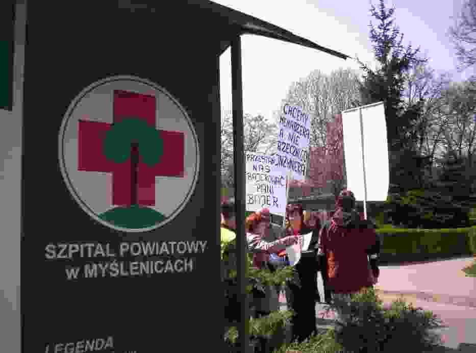 Chętni chcący dołączyć się do marszu, gromadzili się przed myślenickim szpitalem