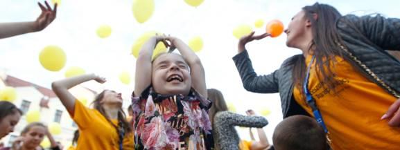 Białołęcka Bitwa Balonowa to pierwszy letni event z serii Warszawskich bitw balonowych. Nie zabraknie malowania buziek, zabaw z chustą animacyjną, budowanie zamków z piasku, zabaw z wodą i piłką, kręcenia największej waty i dmuchanie i skręcanie największego balona.  O godzinie 12 zajęcia z total fitness i konsultacje z instruktorem od którego będzie można zasięgnąć profesjonalnej porady.  Dla młodzieży i dorosłych przygotowaliśmy drużynowe sztafety sportowe, przeciąganie liny, zabawy z użyciem balonów, wody, butelek i piłki. O godz. 13 na plaży będą paleniska, na których każdy będzie mógł przyrządzić swoje przysmaki na grillu. A o 14 wielka bitwa balonowa.  26 czerwca (niedziela), godz. 11-16, plaża miejska na Białołęce. Wstęp wolny.  [b]Zobacz także: * [a]http://warszawa.naszemiasto.pl/artykul/restauracje-rodzinne-w-warszawie-gdzie-wybrac-sie-na,3645412,galop,t,id,tm.html;Restauracje rodzinne w Warszawie. Gdzie wybrać się na wspólny obiad albo kolację[/a] * [a]http://warszawa.naszemiasto.pl/artykul/warszawa-za-darmo-bezplatne-weekendowe-wydarzenia-w-stolicy,3452449,galop,t,id,tm.html;WARSZAWA ZA DARMO. Bezpłatne weekendowe wydarzenia w stolicy [PRZEGLĄD][/a][/b]