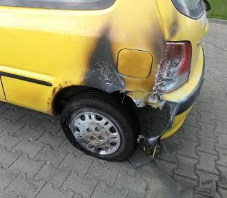 Spłonął samochód na osiedlu Leśny Zakątek w Toruniu. Zobacz zdjęcia