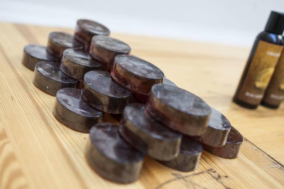 Genialny pomysł. Z fusów po kawie z warszawskich kawiarni powstają odżywcze kosmetyki naturalne [ZDJĘCIA]