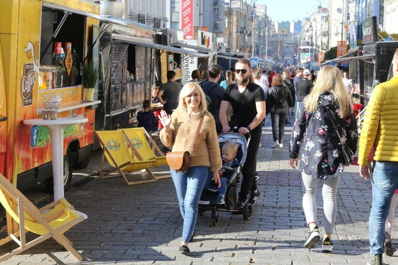 Food trucki w Kielcach i tłum na Sienkiewce. Kolejki po smakołyki [ZDJĘCIA]