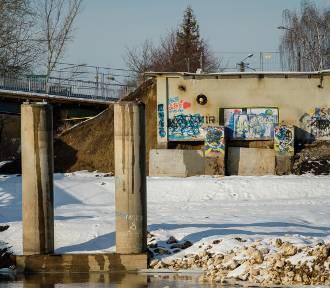 Tylko tyle zostało z mostu w Ostrowie. Oby nowy powstał szybko [ZDJĘCIA]