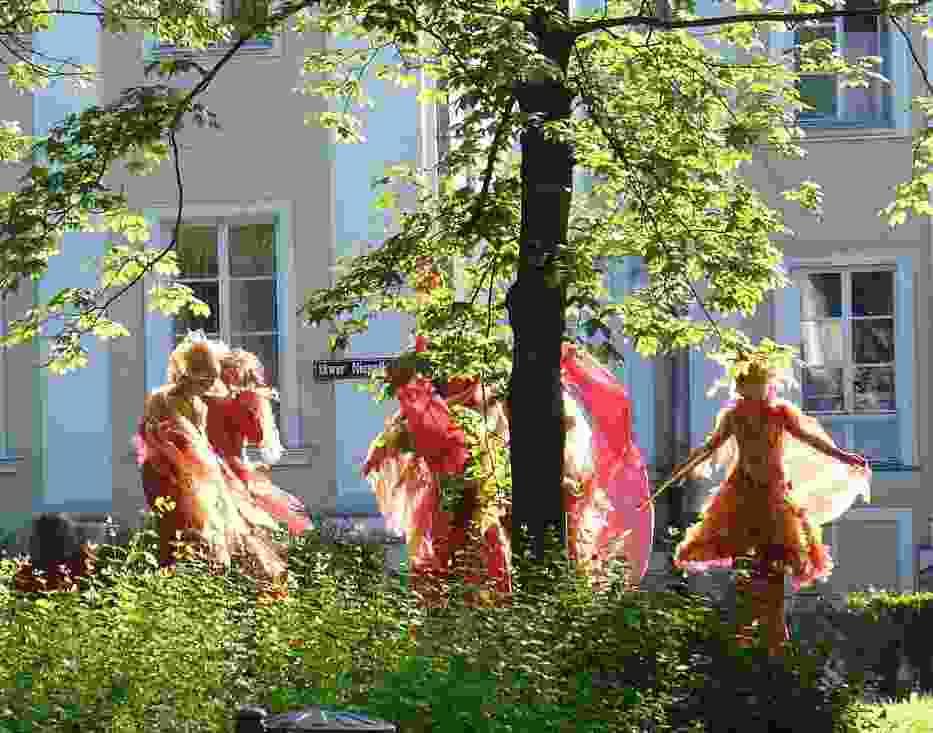 Szczudlarze z Teatru AKT z Warszawy spacerujący po ulicach Siedlec