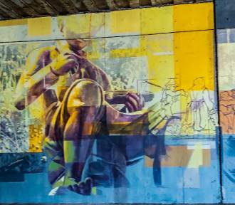 Mural w Żarach znowu pięknieje. Artyści rozpoczęli prace nad dokończeniem malowidła
