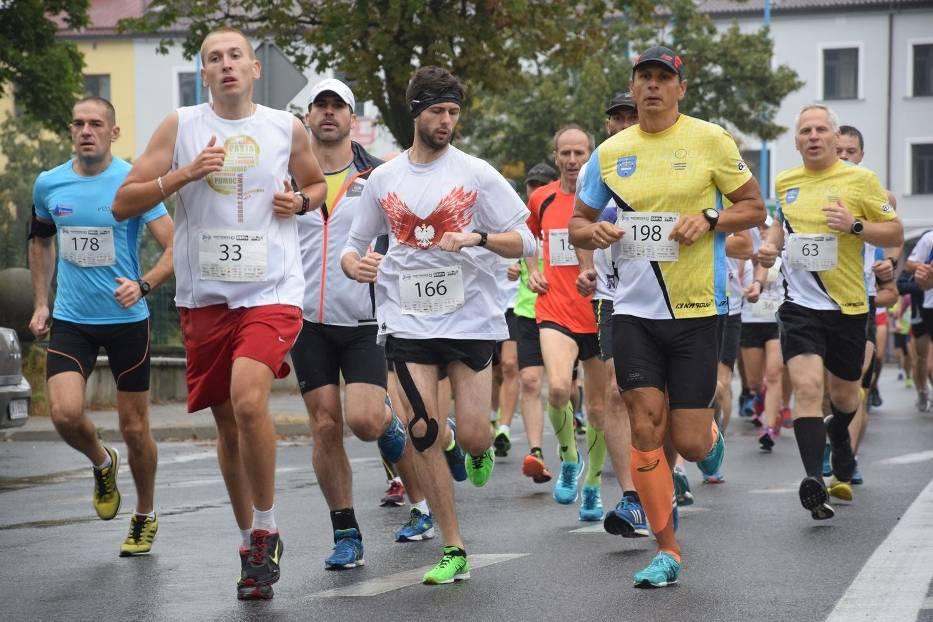 Blisko 300 biegaczy w deszczowych warunkach zmagało się z 10-kilometrową trasą, wiodącą po głównych arteriach Skierniewic