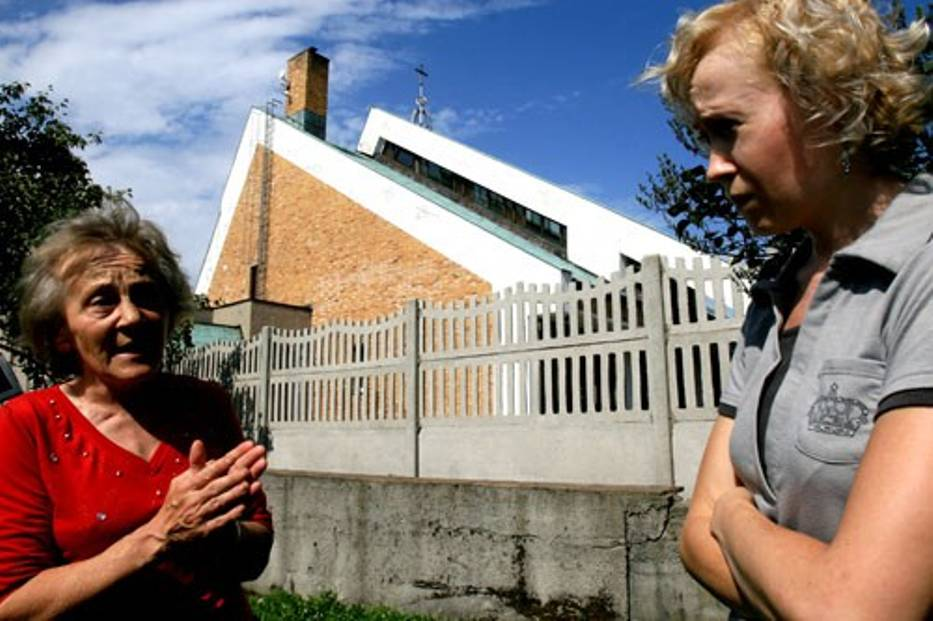 Obawiamy się,  że mur w końcu runie i komuś stanie się krzywda - mówią Krystyna i Renata Kowol