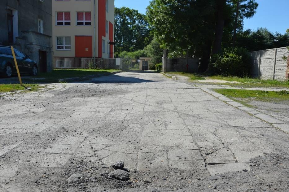 Tak wygląda wewnętrzna droga dojazdowa do Szkoły Podstawowej w żarskich Kunicach