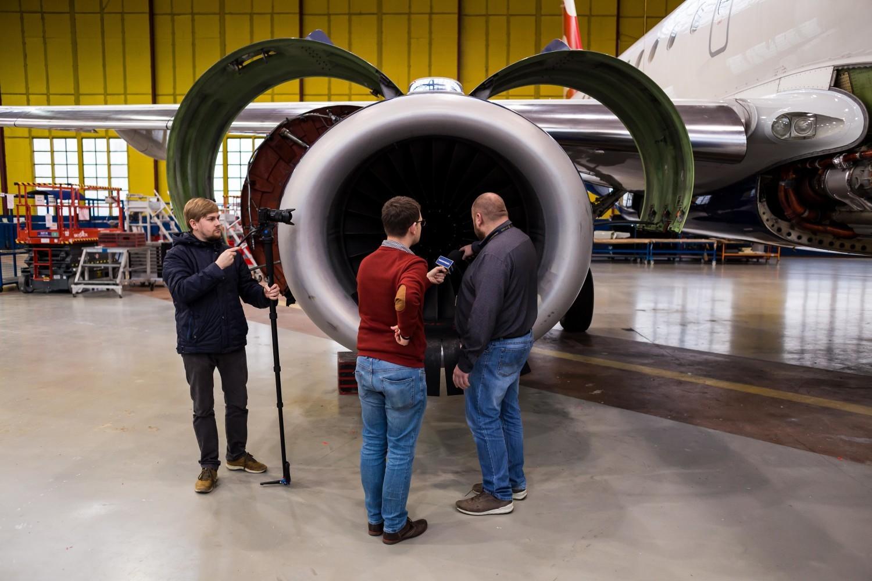 Naprawiają samoloty na lotnisku Chopina. W ich pracy liczy się każda godzina [ZDJĘCIA, WIDEO]