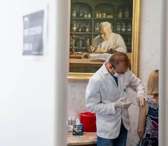 Trzecia dawka szczepionki. Jakie skutki uboczne? Czy jest konieczna dla ozdrowieńców?