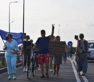 """Protestujący przeszli ulicami Nowego Dworu Gdańskiego. """"Precz z Lex TVN"""""""