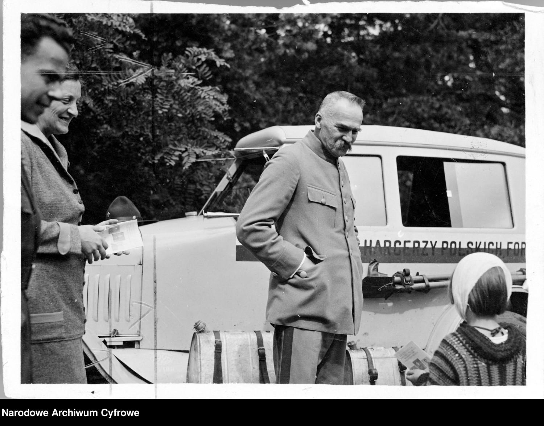 Marszałek Józef Piłsudski w czasie rozmowy z córką Jadwigą (z prawej)