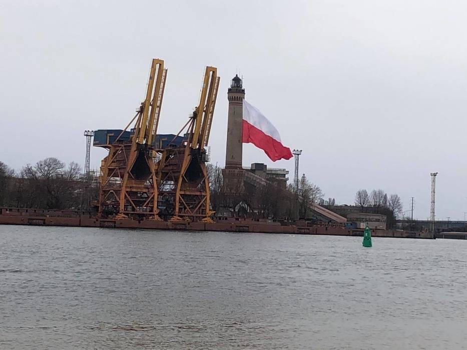 Największa flaga Polska na latarni w Świnoujściu