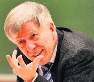 """Z Zębu? Z Zęba? Profesor Jan Miodek wyjaśnia. Felieton """"Rzecz o języku"""""""