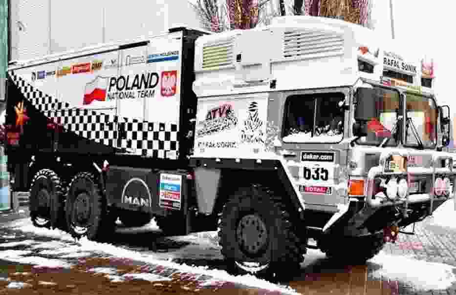 Ciężarówka polskiej ekipy Rajdu Dakar przed wejściem do hali MTŁ