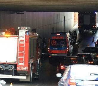 BMW uderzyło w ścianę tunelu pod placem Dominikańskim [ZDJĘCIA]