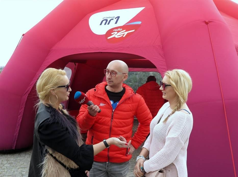 Kamil Nosel z radia Zet rozdawał sadzonki w Piotrkowie