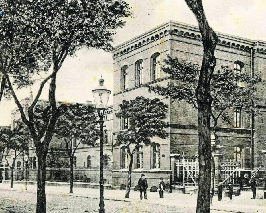 Główne budynki koszar przy ulicy Dworcowej na fotografii z około 1910 r